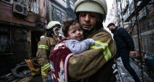 آتش نشان نوزادی را از محل انفجار در استانبول دور میکند