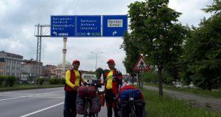 دوتن از دوچرخه سواران مازندران در حال رکاب زنی به ترکیه